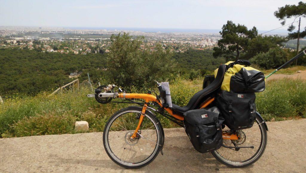 Met fiets en tent naar de Orient